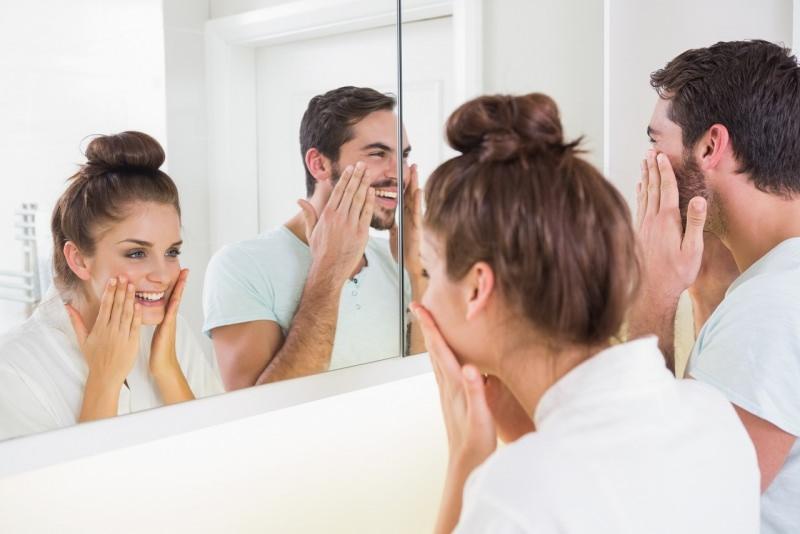 coppia giovane cura bellezza specchio bagno pulizia viso