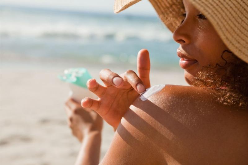 bellezza ragazza cappello paglia protesione solare estate