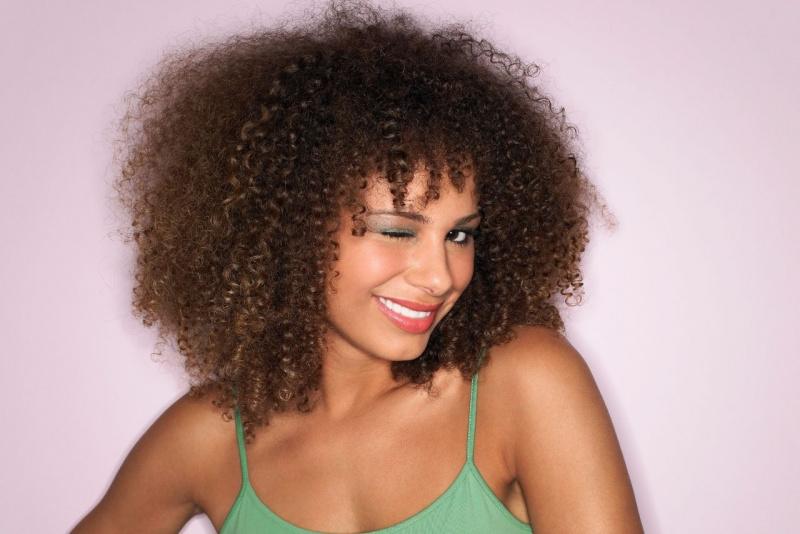 bellissima donna viso sorridente capelli afro sorriso occhiolino