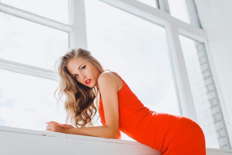 giovane bella donna biondo abito rosso