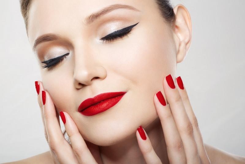 viso donna bellissima trucco occhi eyeliner make-up perfetto rossetto smalto rosso