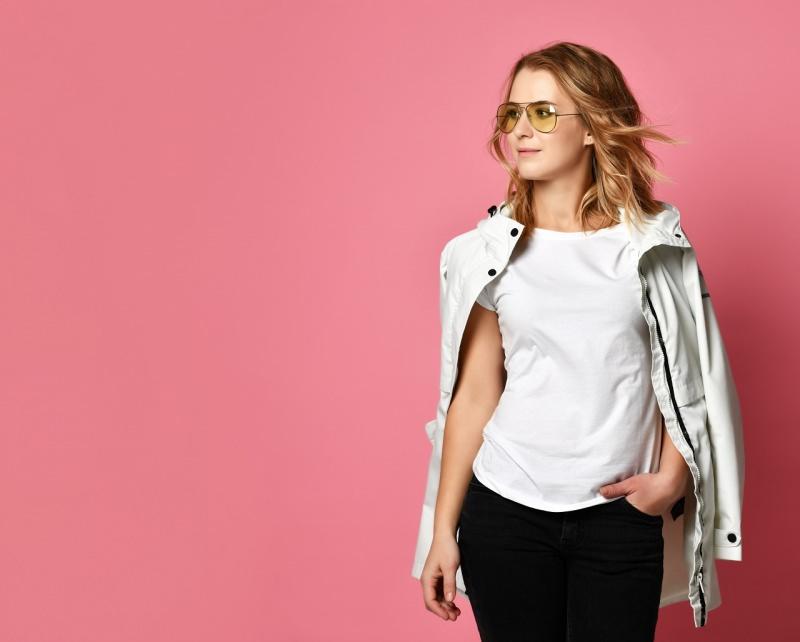 giovane donna indossa maglietta t-shirt bianca sotto giacca