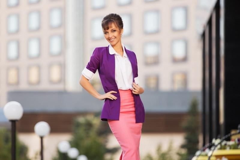 giovane donna elegante gonna a matita rosa camicia bianca giacca viola