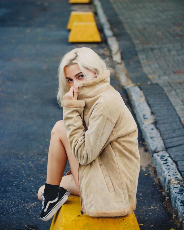 giovane donna capelli biondi scarpe ginnastica sneaker nero Vans