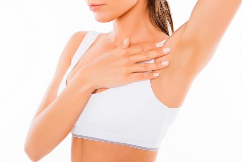 donna atletica mostra ascella pulita depilata