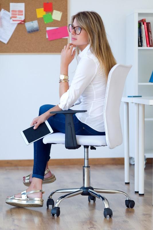 donna seduta su sedia ergonomica tablet