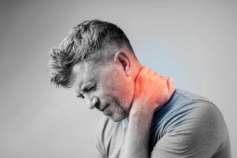 giovane uomo dolore al collo cervicale infiammata cervicalgia