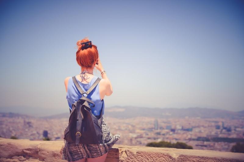 Zainetto da donna: cosa considerare per scegliere il migliore panorama donna capelli rossi