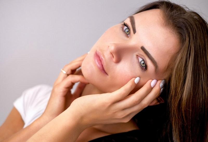 7 consigli di bellezza per essere belle per le Feste di Natale bellissima viso donna occhi azzurri labbra rsa