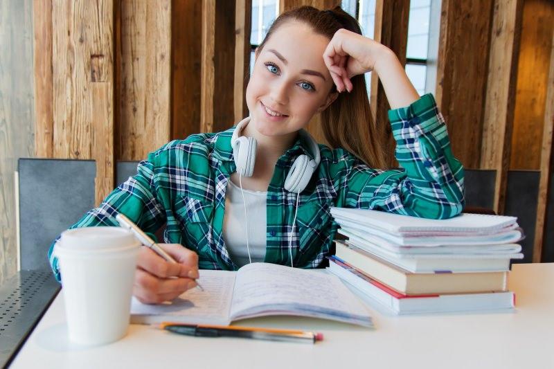 compiti per le vacanze ragazza occhi azzurri libri studio