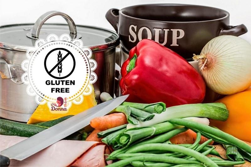 Cucinare senza glutine: ecco i primi passi gluten free coltello fagiolini carote porro cipolla peperone rosso giallo pentola nera soup acciaio coperchio zucchine