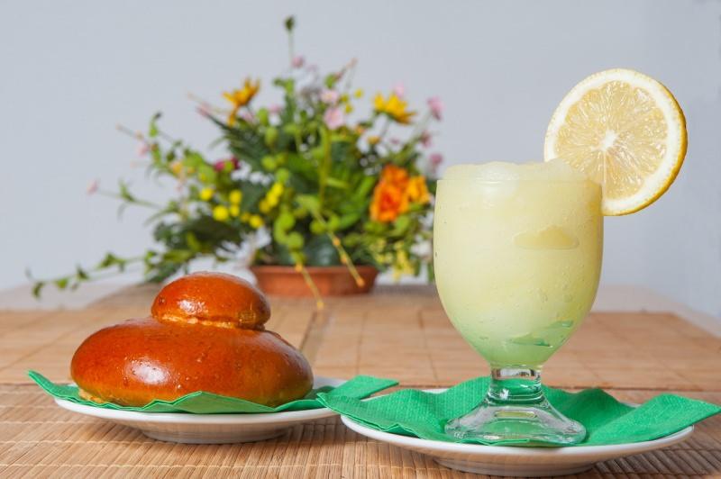 granita di limone siciliana brioche fiori brioscia con tuppo