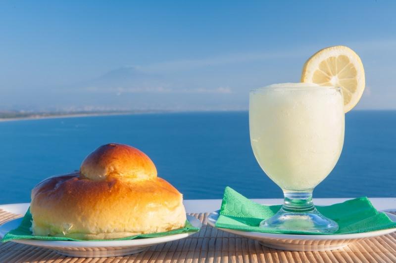 granita di limone siciliana brioche mare brioscia con tuppo