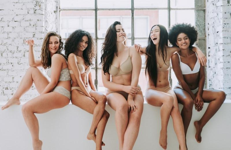 giovani donne belle taglie diverse orgogliose loro corpo sorrisi
