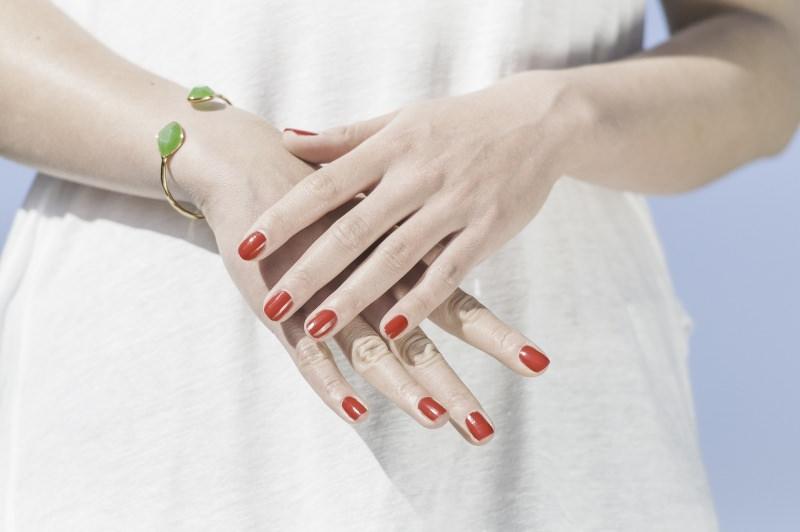 Makeup Natale e Capodanno: come truccarsi per le Feste manicure perfetta smalto unghie rosso abito bianco