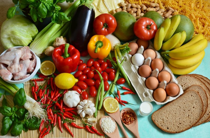 i 5 gruppi alimentari frutta verdure pane peperoni lattuga basilico