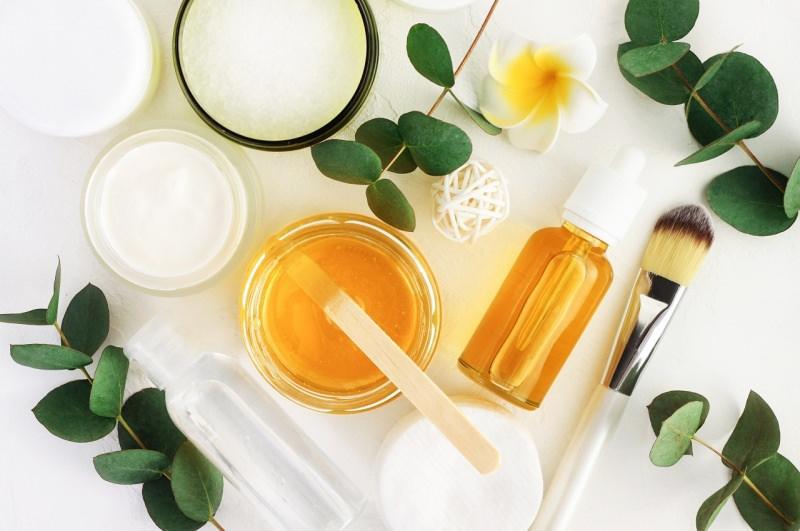ingredienti naturali yogurt miele olio di semi di lino pennellocosmetici fai da te fiore bianco giallo tiarè