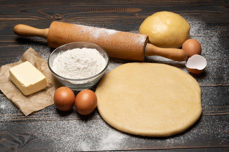 ingredienti pastiera matterello ciotola farina uova burro zucchero
