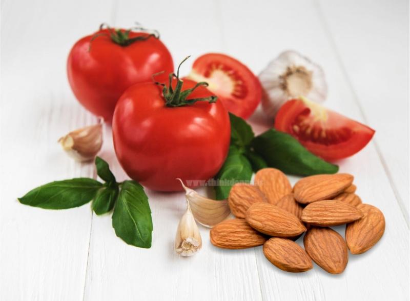 pomodori rossi aglio mandorle basilico