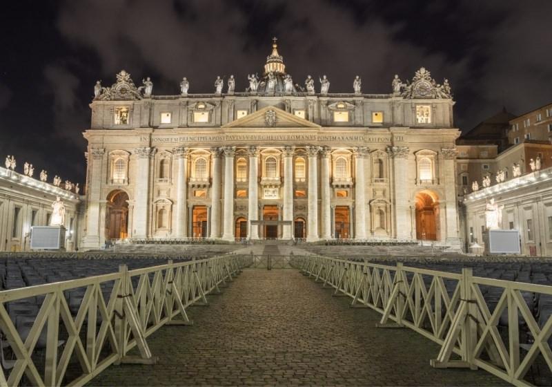 sagrato Ingresso alla Basilica di San Pietro roma