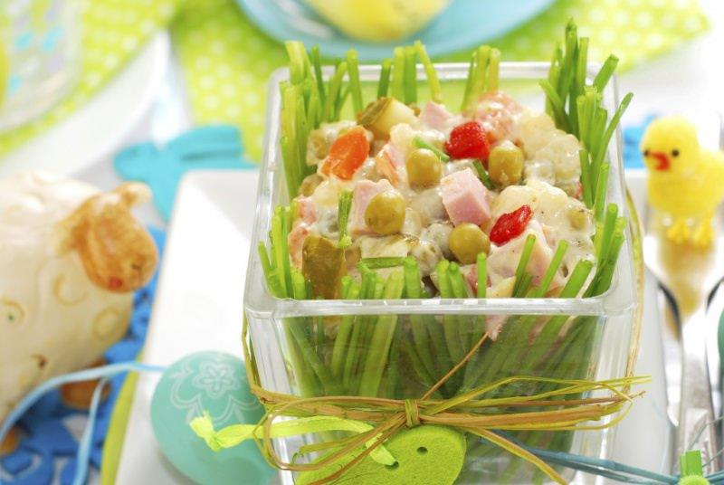Insalata di patate sfiziosa con erba cipollina tavola apparecchiata Pasqua uova decorate pecore centrotavola forchetta pulcini tovalgioli verdi pois bianchi piatto azzurro