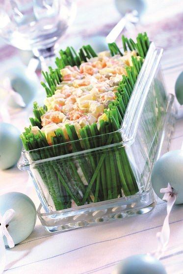 Insalata di patate sfiziosa con erba cipollina centrotavola vetro bicchiere cristallo tavola Pasqua apparecchiata uova decorate colorate celeste fiocchi