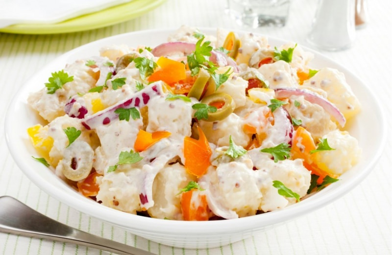 insalata di patate cremosa con verdure fresche