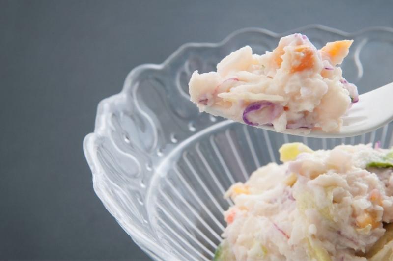 insalata di patate cremosa con carote cipolle olive forchetta ciotola vetro