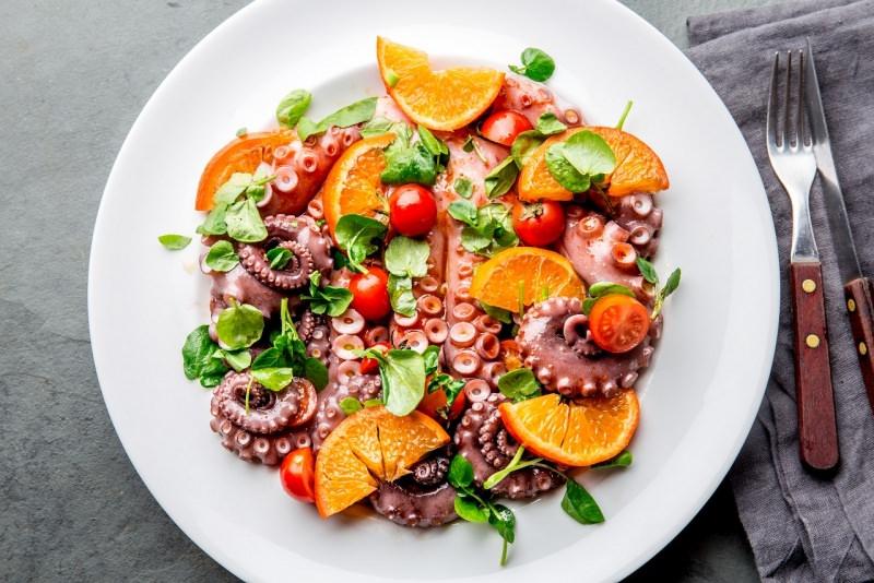 piatto pronto insalata polpo foglie crescione arance pomodorini