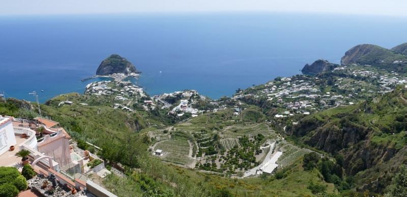 Ischia: perfetta per fare shopping isola mare porto borgo Sant'Angelo cielo azzurro case alberi