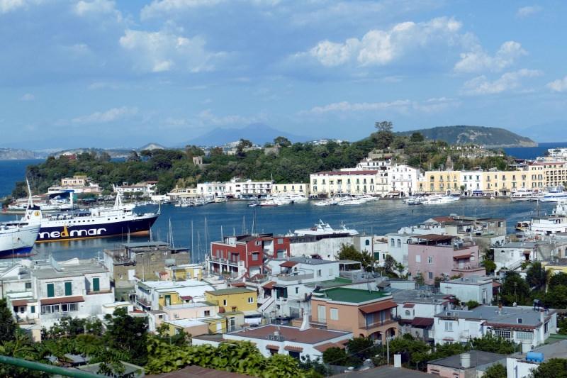 Ischia: perfetta per fare shopping isola barche traghetto mare portocielo azzurro case colorate