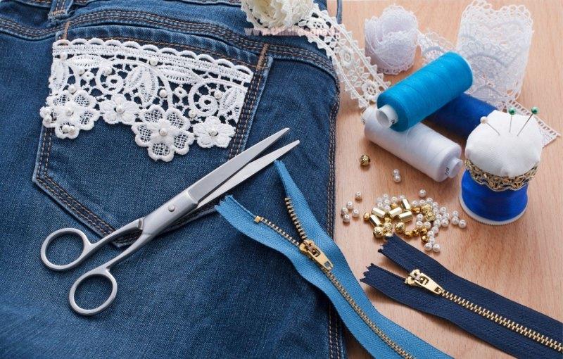 pizzo applicato su tsca jeans denim forbici filo per cucire spilli perline zip cerniera