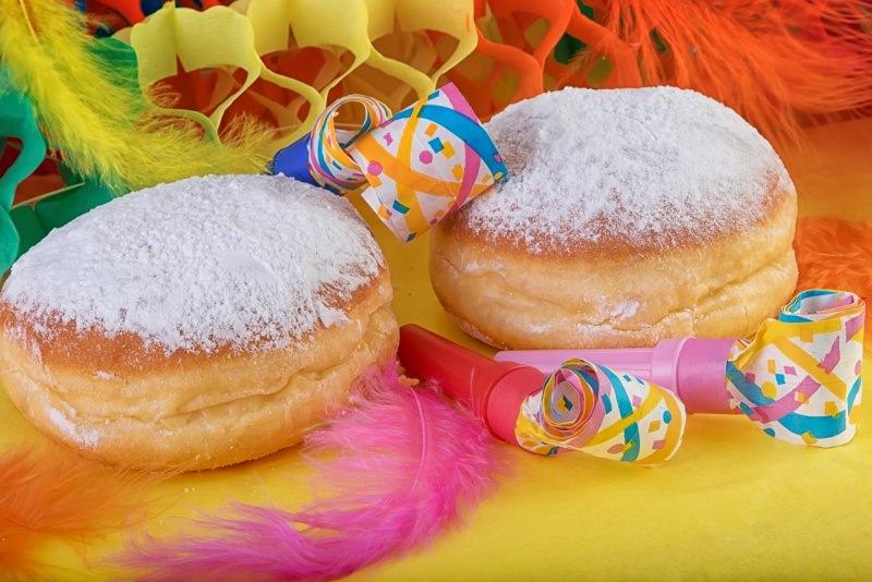 krapfen bomboloni di carnevale frittelle zucchero a velo stelle filanti piume colorate