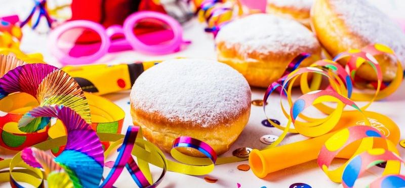 krapfen frittelle bomboloni fritti zucchero a velo carnevale stelle filanti occhiali colorati