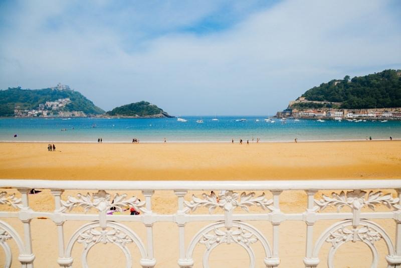 spiaggia playa de la concha San Sebastián ringhiera art nouveau vista mare