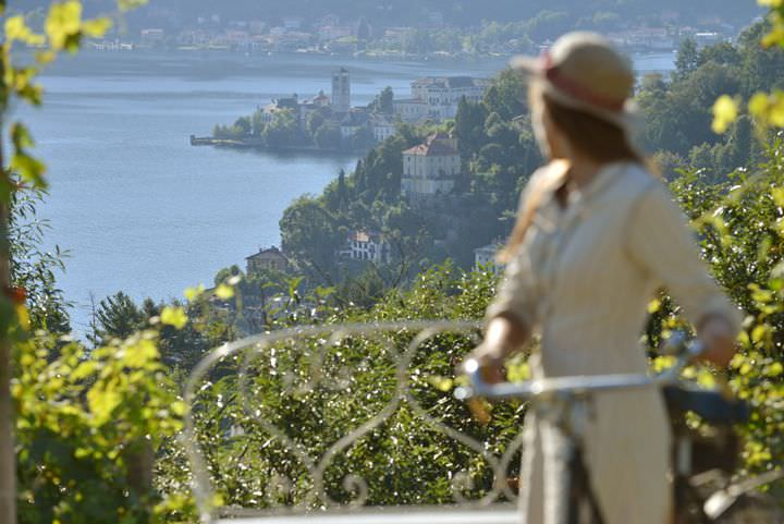 Un weekend romantico in Piemonte: ecco dove andare lago di orta donna in bici cappello guarda panorama weekend piemonte