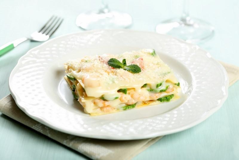 lasagne con zucchine e gamberetti primo piatto pronto tavola posate