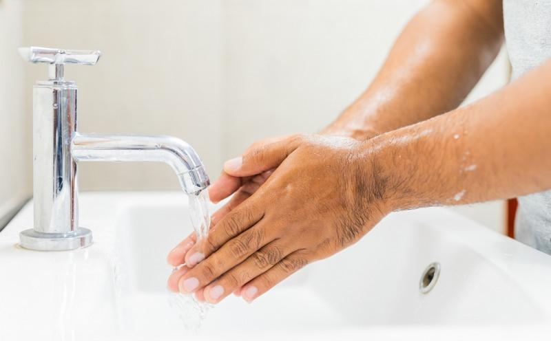 bagnare le mani lavaggio acqua rubinetto lavabo