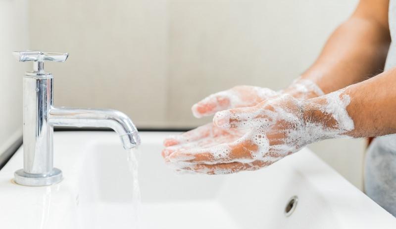 lavare le mani acqua sapone lavabo rubinetto