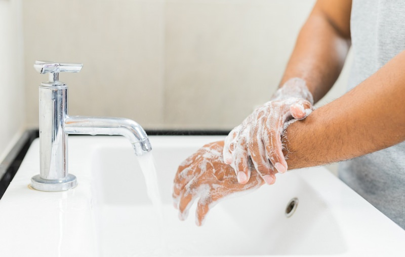 friziona mani schiuma acqua sapone lavare rubinetto lavabo