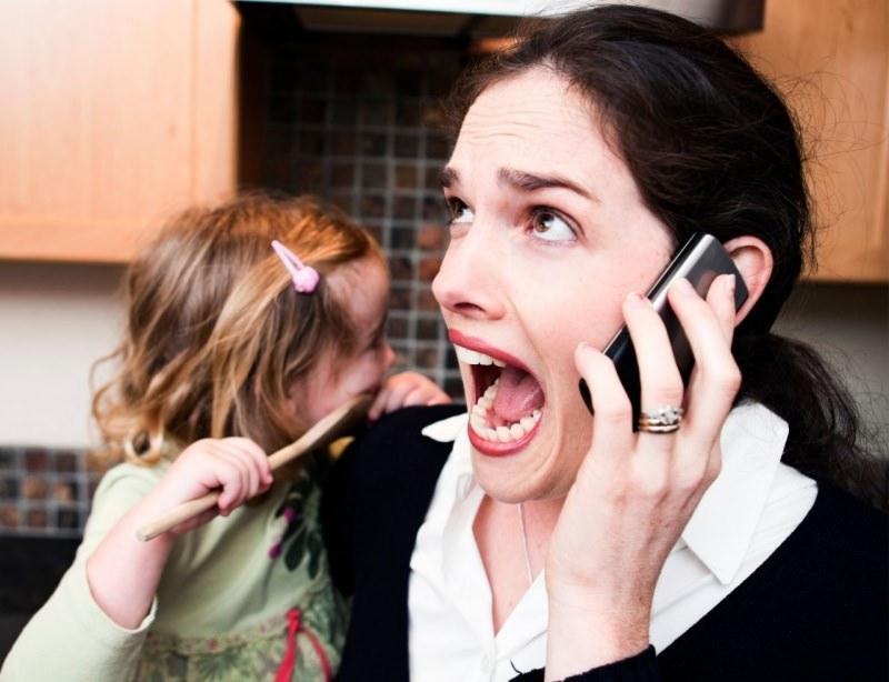 lavorare da casa con bamibni donna urla telefono stress bambina in braccio