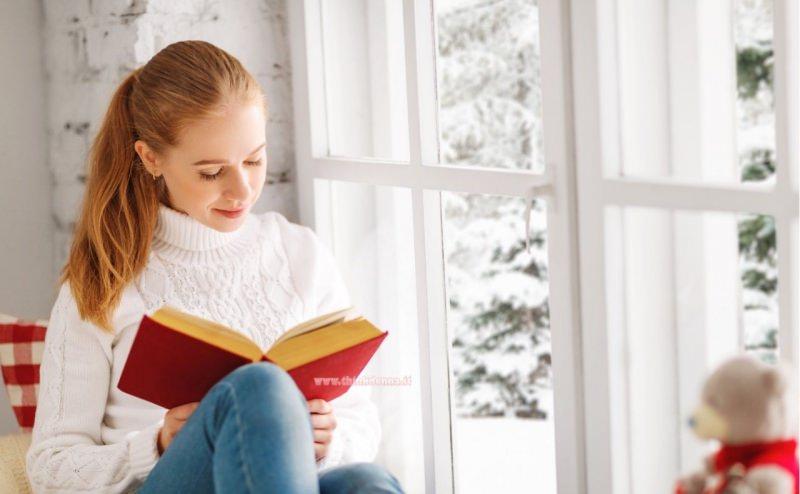 giovane donna legge serenamente libro buona lettura hobby restare a casa