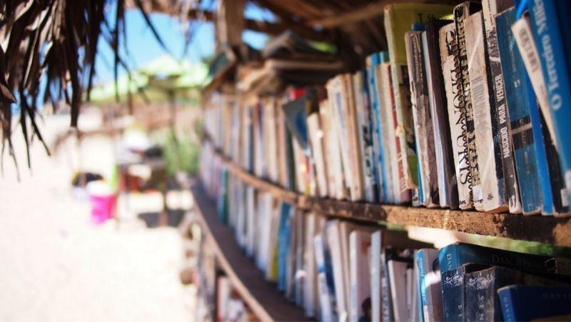 libri libreria sulla spiaggia mare