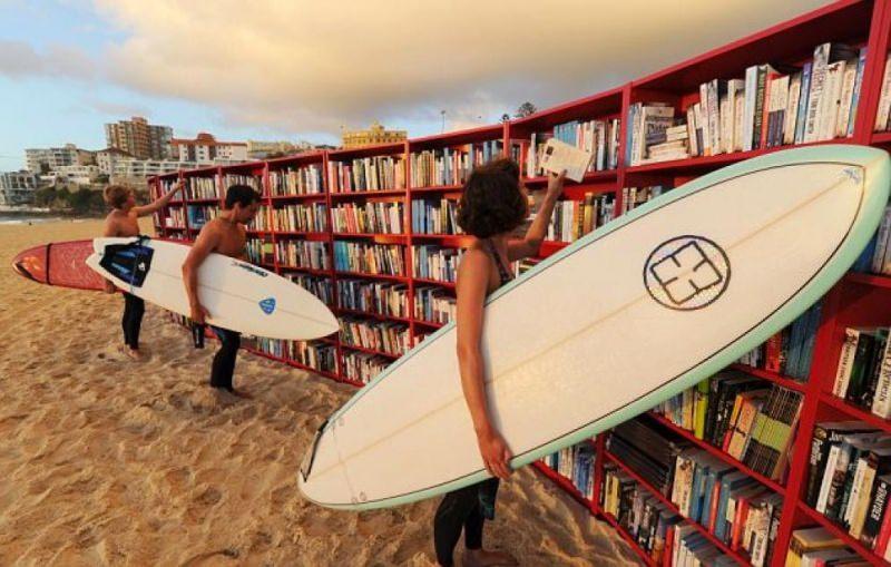 Estate, libri da leggere sotto l'ombrellone libreria biblioteca lettura spiaggia tavola surf ragazzi uomo donna costume da bagno sabbia