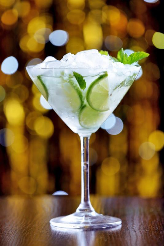 bicchiere da cocktail vetro acqua minerale fredda aromatizzata detox water cetrioli lime menta ghiaccio