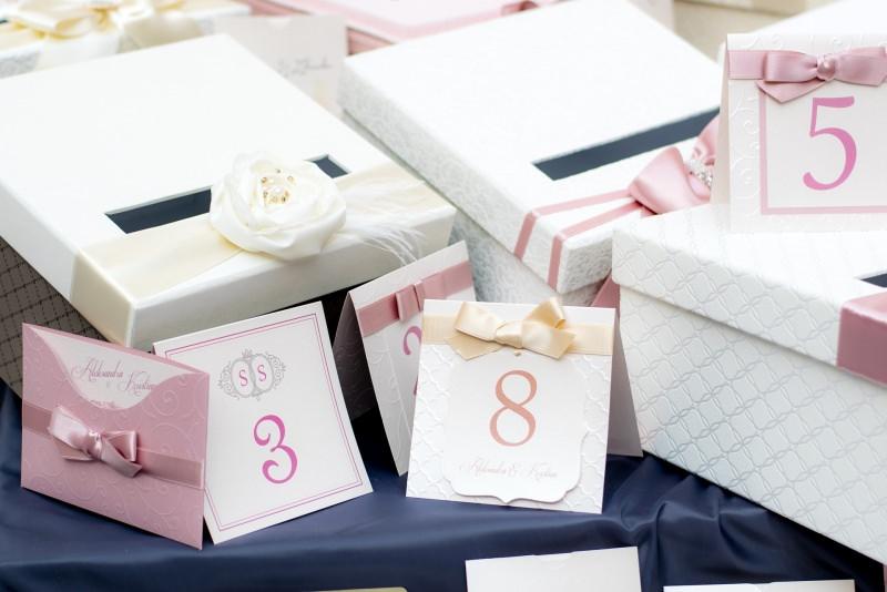 invito nozze partecipazione matrimonio Quali sono gli errori più comuni nelle partecipazioni del matrimonio tovaglia raso blu busta biglietto nastro rosa numeri scatola fiore gardenia bianca