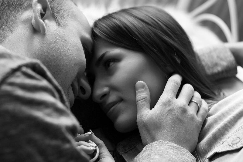 coppia uomo donna abbraccio carezza