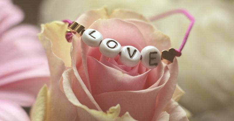 rosa bracciale love Ansia da anniversario? Ecco alcune idee regalo perfette per la vostra ragazza