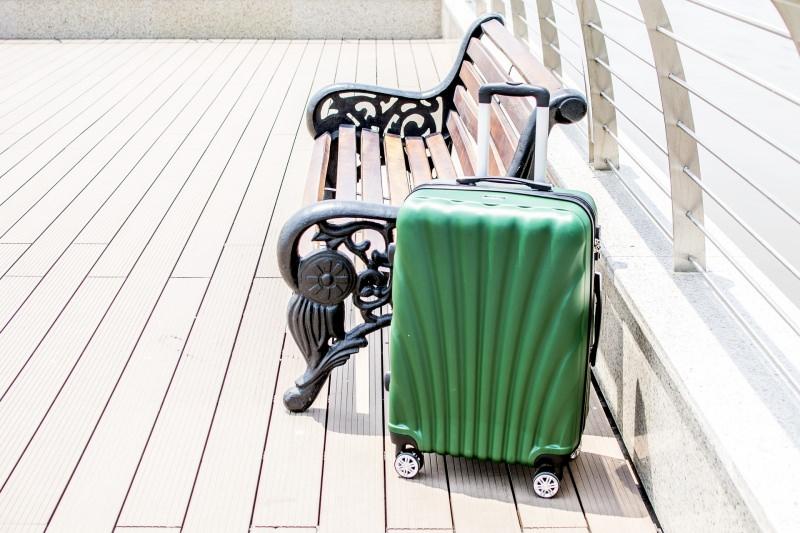 Un trolley grande: il compagno ideale per i lunghi viaggi panchina legno ferro battuto verde