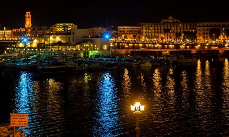 Lungomare notturno di Bari e luci della città